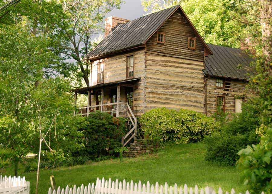 log cabin in Waterford Virginia